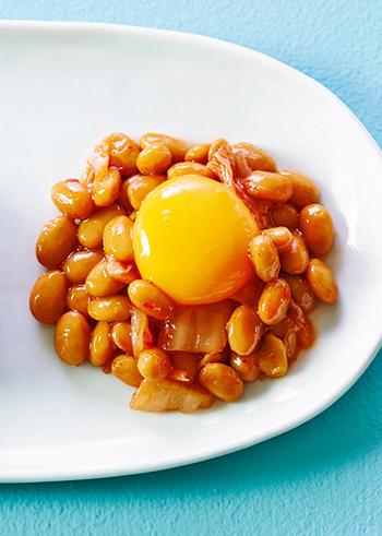 キムチと同じく発酵食品の納豆とのコラボレーション。簡単にできて、いつもとは一味違う納豆がいただけますよ。白菜のキムチはみじん切りにしてから納豆と混ぜ合わせ、めんつゆでプラスアルファの味付けをしましょう。うずらの卵に加えて、海苔やごまなども合いそうですね♪