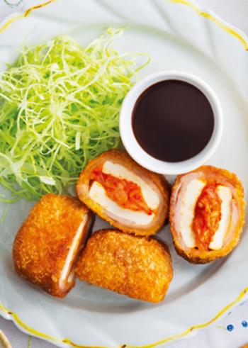 キムチをカツにしてしまう斬新なアイディアです。茹でた木綿豆腐でキムチをサンドして、さらに豚肉で巻いてから揚げにするので食べ応えもばっちり!とんかつソースを付けて召し上がれ♪