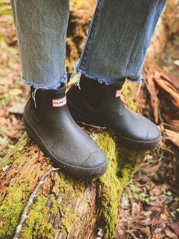 キャンプ場によっては、スニーカーやサンダルといった足元でもOKですが、登山靴やショート丈の長靴は、撥水性・耐水性があるため、いざというときに汚れが気になりません。機能性を優先した靴とリラックスできるサンダルの2種類あると快適です。