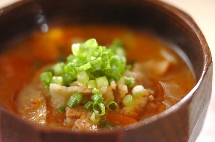 豚汁と白菜キムチを一緒にした旨味たっぷりの汁物レシピです。白菜キムチは最初に豚バラ肉と一緒に炒めましょう。ほかの素材を加えて煮込んでいくときに、キムチも煮込まれてとろとろ食感になっていくのですが、それがおいしさの秘訣です♪