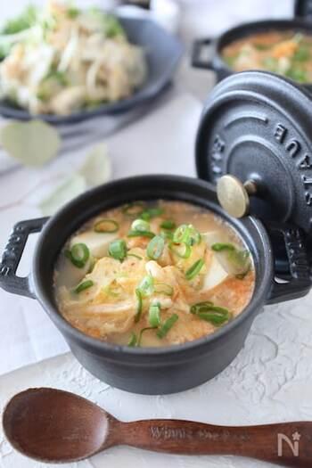 調理時間はなんと5分です。電子レンジでささっと作れるから、追加でスープが欲しくなったときにも便利なレシピ。キムチのスープでは味噌を入れるものが多いですが、こちらは鶏がらスープの味わいです。