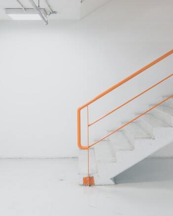 風水の基本として、運気は下から上へ流れるという考えがあります。玄関から入ってすぐに階段があると、運気は下のフロアにまわりきらないまま上のフロアに流れ込んでしまうことに。  玄関に運気アップのアイテムを置いたり、階段に目隠しをしたりといった対策をするとよいでしょう。