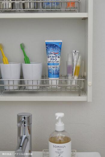 三面鏡裏の戸棚にしまったものは目につかないので、小物の色や形が揃っていなくても洗面所がスッキリして見えます。目隠ししておきたい衛生用品をしまっておく場所としてもおすすめです。 ただし、常に扉を閉めておくと通気性が悪くなり、嫌な臭いや雑菌の繁殖の原因にもなります。歯ブラシやコップなどは、定期的に乾燥させるといった工夫が必要です。