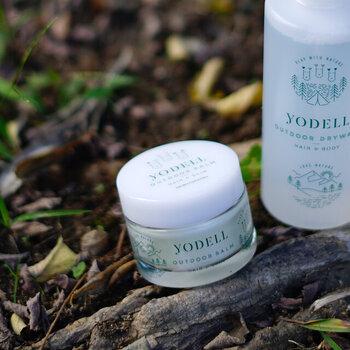 天然由来のオイル成分保湿効果で、髪も手肌もこれ1つでOKなヨーデルのアウトドアバーム。レモングラスの爽やかな使い心地とともに、虫除けの効果も期待できるため、荷物を最小限に抑えながらスキンケアと両立できちゃう優れものです。