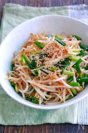 サラダをあまり食べてくれない子供でも、ツナ缶を入れるとお箸が進むケースも多いのではないでしょうか。こちらは、もやしと春雨でボリュームアップしたサラダに、ツナ缶を加えたレシピ。ねぎもたっぷりと混ぜ合わせて、栄養満点に仕上げています。
