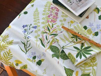 北欧ブランド生地のカーテンは、日本の窓サイズに合わせた既製サイズ品(既製サイズにカットされたカーテン)はあまりありません。取扱店のほとんどが、オーダーメイドのような「サイズオーダー」で、北欧ブランド生地のカーテンを販売しています。  カーテンはたびたび買い替えるものではないので、お気に入りの北欧ブランド生地のカーテンなら、ジャストサイズのオーダー品を買うのも良い判断でしょう。  しかし、「サイズオーダー」は既製サイズ品よりも高価になりがち。安い価格におさえたいときは、北欧ブランド生地のカーテンではなく、「北欧風デザインのカーテンで、既製サイズ品」を探して購入する方がお財布に優しいです。