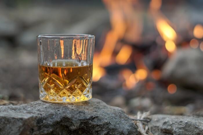 ナイトキャンプといえば焚火が美しく、炎の揺らめきを見つめながら、静かに過ごす夜は大人ならではの過ごし方。ウイスキーなど、お酒を傍らに気心が知れた友達との語らいは、なによりも素敵な時間に。