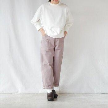 シンプルな白のスウェットトップスを、くすみピンクカラーのワイドパンツに合わせたスタイリングです。合わせる色が難しいくすみカラーは、白トップスで爽やかに着こなすのがおすすめ。足元は白靴下×ローファーで、きちんと感をさりげなくアピールしています。