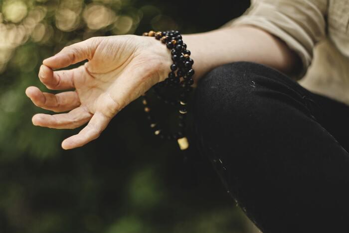 ストレス解消に瞑想が良いというのは聞いたことがあるけど、実際にはどういう手順でやるんだろう・・・なんだか難しそう!と考えている方も多いのでは?「マインドフルネス瞑想」は、椅子や床に座って目を閉じ、自分の呼吸に意識を集中させるというシンプルなもの。最初は5分程度から始めて、慣れてきたら少しずつ時間を増やしていくのが良いそうです。頭がスッキリする、メンタル改善など嬉しい効果がたくさんあるので、ストレス社会を生きる日々の生活に是非取り入れてみましょう。