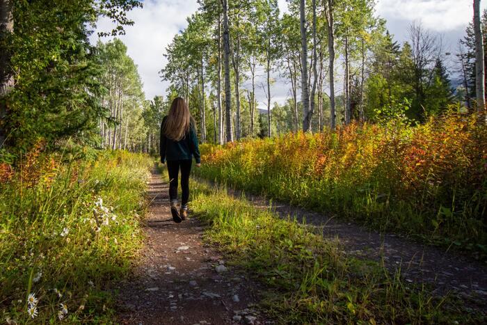 ウォーキングにはストレス減少や気持ちが前向きになる、集中力がUPし新しいアイデアが生まれやすいなど、たくさんの嬉しいメリットがあるんです。イライラ、モヤモヤしてしまいどうしても気持ちの切り替えができない時は、少し外に出て歩いてみるのが良いでしょう。そんなに長時間でなくても、10分~30分程度歩くことでストレスが減少していくのを感じるはずです。外の空気を吸ったり、陽の光を浴びることで少し気分が落ち着いてきますよ。