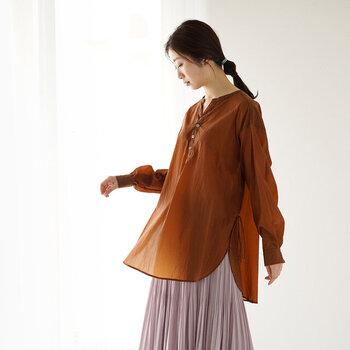 シアー素材で程よい透け感のある、キーネックのロング丈シャツです。裾はラウンドカットでレイヤードコーデにもピッタリなシルエット。サイドに入ったスリットは、細めのリボンがアクセントになる繊細なデザインです。カラーはブラウンとホワイトの2色から選べます。