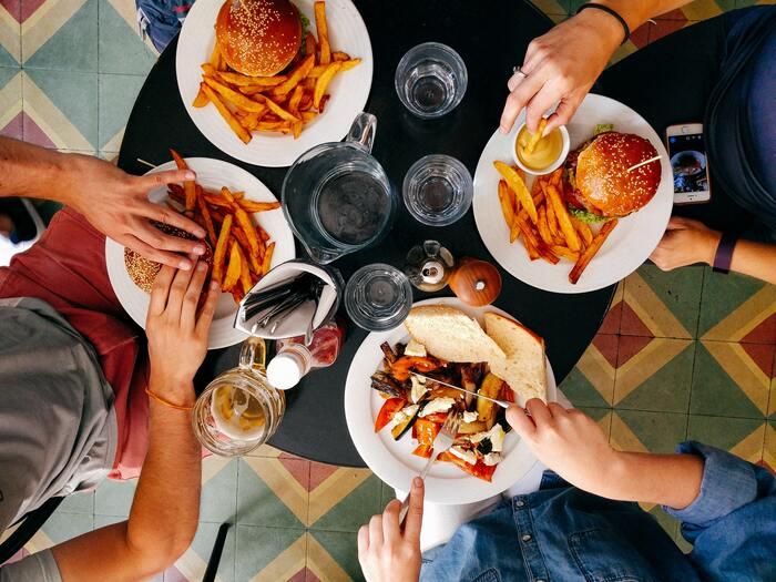 たくさん飲んで食べて、パーっとストレス解消したい!という方は多いですが、吐くまで食べてしまうような「暴飲暴食」には要注意。特に依存性が高いスナック菓子や脂っこい食べ物、アルコール類をストレス解消のたびに大量に摂取してしまうと「これが無いと乗り切れない・・・」と中毒のような状態に陥ってしまいます。また食べ過ぎによる罪悪感でメンタルも不安定に。ドカ食いしたい!という時はなるべくゆっくりと噛んで時間をかけるようにしたり、誰かと一緒に食べることで「食べすぎ!」と注意してもらえる環境を作るのがおすすめです。