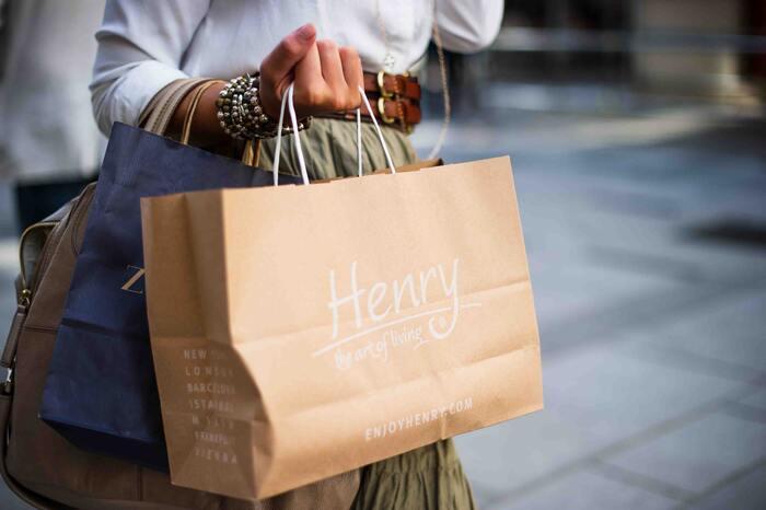 ストレスはショッピングで発散!というのは特に女性に多いですよね。欲しい物が買えた時、気持ちがスッキリとすることがあります。適度に楽しむ分には問題無いですが、「買い物依存症」のようになってしまうと経済的にも圧迫されますし、最終的に借金を作ってしまうことも・・・。また、最近はインターネットで簡単に色々な物が買えてしまう時代。ついポチっと買ってしまいがちなネットショッピングにも注意が必要です。お買い物以外でストレス発散できるようなことを見つけてみましょう。