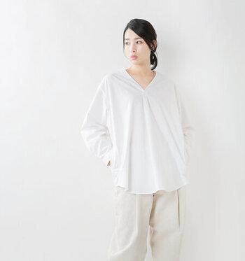 ゆったりシルエットのVネックシャツは、シンプルながらも洗練された印象を演出できる一枚です。両脇にはマネーポケットが施されているので、ライトアウター感覚で着用することも可能です。バックはやや長めの丈感になっているので、気になるヒップもしっかりとカバーしてくれます。カラー展開はホワイトとブラックの2色です。