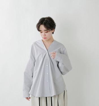 薄手ながらもハリ感のあるコットン生地を採用し、きちんと感を演出できるシャツ。深めのVネックデザインはボタンで調整ができ、合わせるアイテムによってシルエットを変えられます。両サイドには立体縫製が施されているため、着るだけでふんわりと丸みのあるシルエットを実現してくれます。サックス・オフホワイト・ベージュ・ブラックの4色展開です。