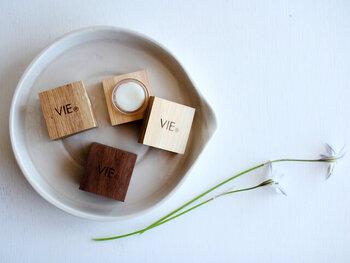 ひとりひとりにとっての豊かな生活に寄り添った「VIE(ヴィー)」の製品。こちらは温かみ溢れるウッディなパッケージの練り香水です。ラベンダー×ペパーミントの香りは、鼻からスッと体へ忍び込む清廉な香り。