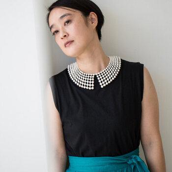 刺繍糸で作ったボールを繋げて、襟状に仕上げたつけ襟タイプのネックレスです。Tシャツやニット、タンクトップなど襟元がシンプルなデザインのトップスに合わせるだけで、華やかさがグッと高まります。留め具は好きな位置で留められるので、長さの調節がしやすいのもポイント。