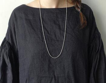 シルバービーズを使ったロングタイプのネックレスは、シンプルながらも繊細な印象で大人のデイリーコーデにもぴったり。使い込むほどに味が出る素材なので、経年変化を楽しみながら長く愛用できるアクセサリーです。