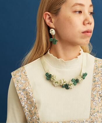 白い花と緑の葉っぱを繋げた、大人ガーリーな印象のネックレス。リボンを後ろで結ぶタイプのネックレスなので、髪飾りやウエストベルトなど、さまざまな使い方が楽しめます。
