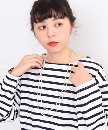 小さなパールを繋げた、ロングタイプのネックレス。そのままつけるだけでなく、2連・3連と使い方を変えられるのも魅力です。パールなのでドレスやスーツと合わせてもおしゃれにキマりますが、シンプルなトップスも格上げしてくれるネックレスです。