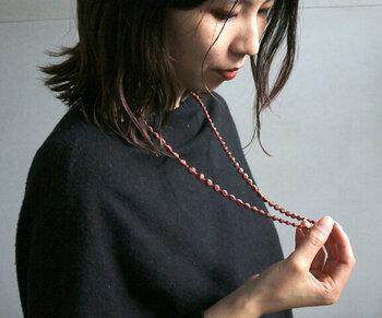 糸を重ねて刺繍することで作り上げた、ラメ感のあるロングネックレス。大人っぽさ抜群のブロンズカラーは、どんな着こなしにも合わせやすい一本です。