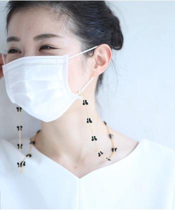 食事の際などにテーブルに置きたくないマスクを、首に掛けたままにできるマスクチェーンとしても活用できます。フックと輪っかのパーツがついているので、マスクだけでなくメガネチェーンとして使っても◎