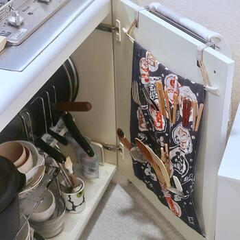 食器棚を置くスペースも惜しいワンルームなら、キッチンのシンク下や吊り戸棚をフル活用して、日常使いのものはそこに集約してしまうのがベスト。シンク下もフリーラックを使って2段収納にするなど、収納容量を増やしてみて。扉部分にポケットをつけてカトラリー置き場にするというのも賢いアイディアです。