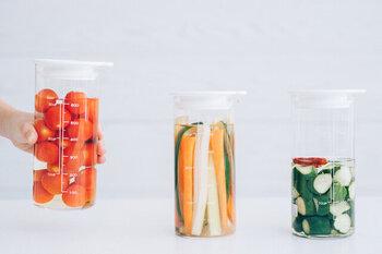 ビネガーでフルーツや債を漬け込む際に使用する、ピクルスポット。縦に長さがあるので、スティック状の野菜をそのまま入れることもできます。冷蔵庫の再度ポケットにも入るサイズ感。もちろん、さまざまな食品の保存に活用できますよ。