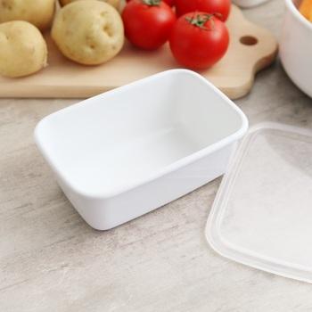 同じく野田琺瑯の深型Sサイズは、小ぶりな大きさが魅力。ちょっとした作り置きの副菜などを入れて、収納するのに便利です。お弁当箱と揃えて、フルーツやサラダを入れるのもおすすめ。