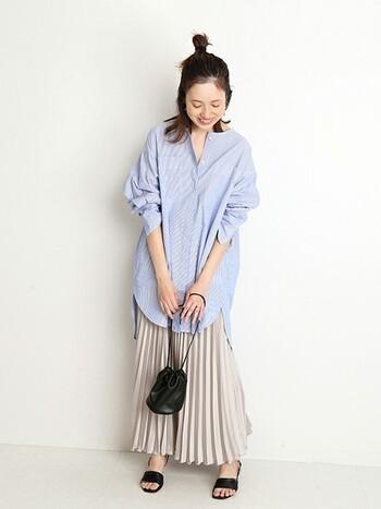 長めの裾のノーカラーシャツにプリーツのはっきりしたサテンスカートを合わせると、エレガントな可愛らしさを演出することができます。