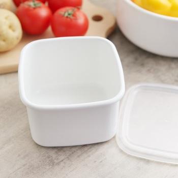スクウェアMサイズは、深さのある正方形型の琺瑯保存容器です。容量は800mlで、4人前のスープが入る程度のサイズ感があります。直火にもかけられるので、そのまま食卓に出しても◎