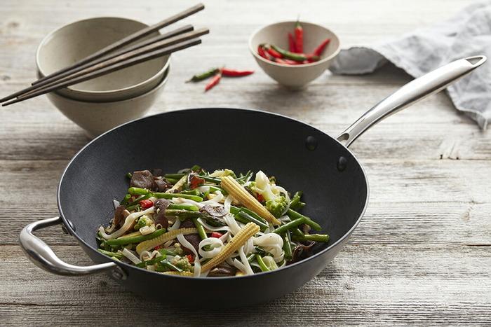 どんな中華鍋を使いやすいと感じるかは、調理する人の使い方や素材の量、キッチンの様式やコンロのサイズなどによってそれぞれ異なります。まずは、自分にとっての理想となる条件について考えてみましょう。