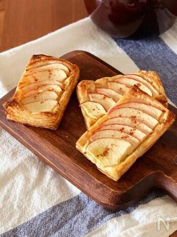 リンゴを煮なくてもできるアップルバイのレシピ。砂糖も少量しか使わないため、カロリーが気になる…という方にもおすすめです。切り分ける必要がなくワンハンドで気軽に食べられるものいいですね。