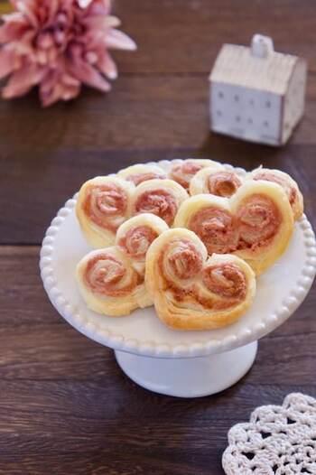 ルビーチョコを溶かしてパイシートに塗り、両端を丸めればハート形の完成!ピンク色が可愛いハートパイになりますよ。工程が少ないので、子供と一緒に楽しく作れるおすすめレシピです。