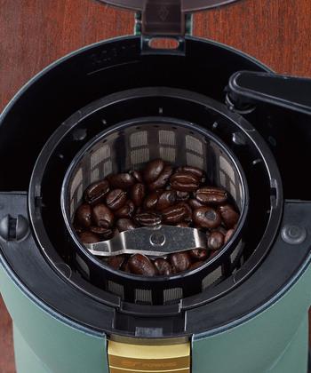 コーヒー豆とお水を入れたらスイッチオン。挽きたてコーヒーがワンタッチで出来上がります。本格的なコーヒーのおいしさを堪能できるのに豆を挽く手間が省けて、忙しい人にもおすすめです。