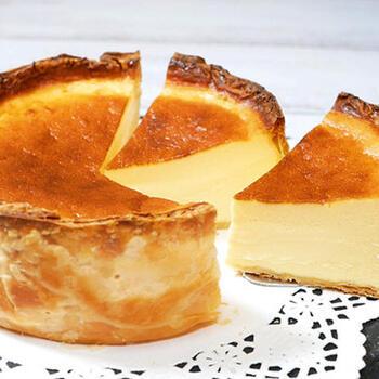大人気のバスクチーズケーキの周囲をパイで覆った、ありそうでなかったケーキ。冷やして食べるのはもちろん美味しいですが、温めてから食べればサクサクとろとろの新しい食感が楽しめますよ。