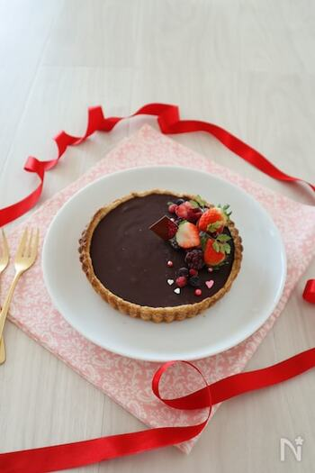 簡単に作れるのに本格的な生チョコタルト。生クリームと板チョコを合わた濃厚チョコをパイ生地に流し込んで冷蔵庫で冷やし固めるだけでできちゃいます。冷凍パイシートを高温でしっかりと焼いておくことで、サックサクに仕上がりますよ。