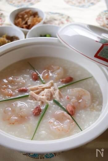 鶏ガラや帆立貝柱を手羽元とホタテ缶詰で代用してつくった本格的な中華粥。揚げワンタンや青ネギを添えるとさらに彩り豊かで美味しそうです。