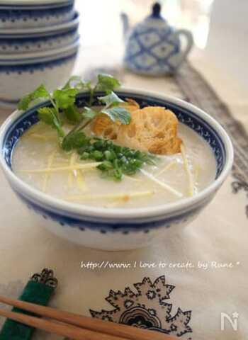 生姜を入れると体を温める効果がさらに高まるお粥。お米の粒が見えなくなるほどトロトロに煮込み、パクチーを添えると香り高い本場の味に。
