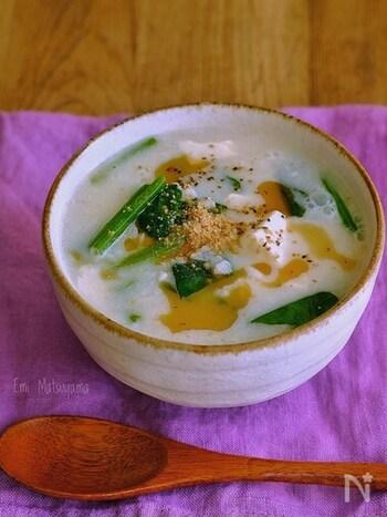 豆乳とほうれん草の中華粥なら栄養たっぷり。豆乳のコクとまろやかさで優しい味わいです。夜食にもおすすめで、疲れた体を優しく労ってくれそうです。