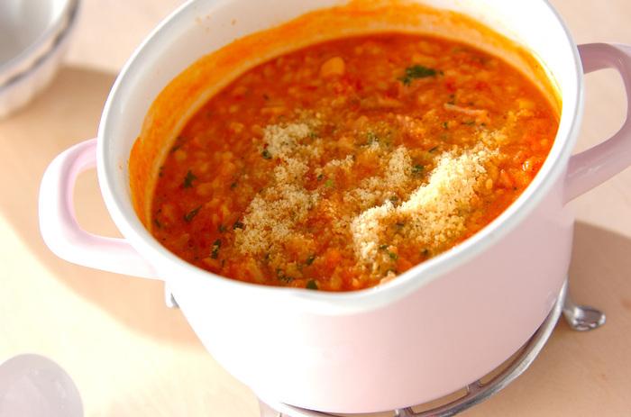 豆乳と水煮トマトで煮込んだお粥は、具材の旨みが溶け出してまるでリゾットのような見た目です。粉チーズとイタリアンパセリをたっぷり入れてコクと香りをプラスしましょう。