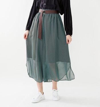 ふわふわシフォン素材のドッド柄ボトムは、スカートのようにも見えるけれど、実はキュロットパンツ。透ける配分がやや多めなだけど、キュロットの軽やかさもあって、ヘルシーな印象。ウェストをキュッとベルトマークしたクラシカルなスタイルもかわいいですよ。