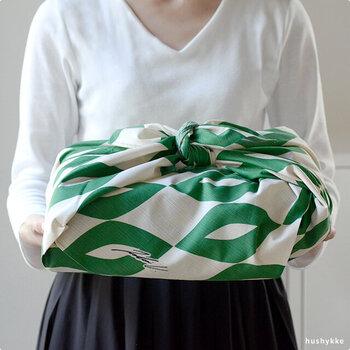 こちらは、白夜と夏の自然をイメージした「Aika(アイカ)」。約90cmの風呂敷は、贈り物を包んで渡したり衣類などを包んで収納したり、色々なシーンで使えます。