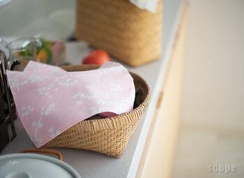 カラーはピンク、ベージュ、ダークブルーの3色。ピンクは満開の桜を連想させ、お部屋に置くとそこだけ一年中春が来ているよう♪50cmの小サイズは、カゴの目隠しやお弁当包みにぴったりです。