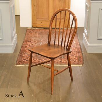 自分でDIYするより本物のアンティーク家具が欲しいという方は、BANSE basic interiors(バンセベーシックインテリア)さんの家具がおすすめです。ヨーロッパで買い付けられた古き良きアイテムを販売されています。  こちらは1960年代もののアーコールのフープバックチェア。アーコールとは1920年設立のイギリスの家具メーカーです。フープバックチェアはここの代名詞ともいえる存在。艶やかな質感がとても上品です。様々なスタイルに馴染みますよ。