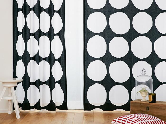 1956年に発表されてから長く「marimekko(マリメッコ)」で愛されてきた定番のテキスタイル「KIVET(キベット)」。角のいびつな石をモチーフにしたテキスタイルデザインで、人の手が作り出した温もりを感じますよね。  シンプルなモノトーンのデザインは、モダンなお部屋によく似合います。ナチュラルテイストのお部屋に合わせれば、おしゃれなアクセントにも。掃き出し窓のほか、腰高窓に使うのもおすすめ。