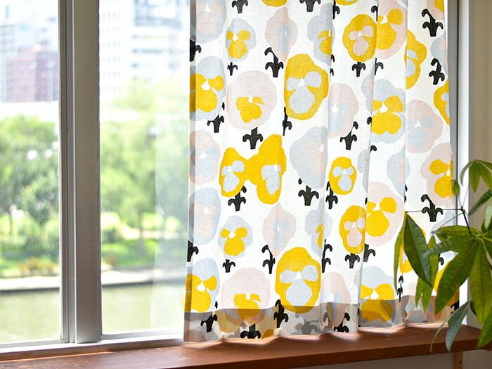 パンジーを意味する「Orvokki(オルヴォッキ)」という名のテキスタイルデザインは、色を反転させたようなデザインが個性的ですよね。のびのびとしたタッチで描かれるパンジーの花が、まるで微笑んでいるようにも見えてきます。  明るい色あいの「Orvokki(オルヴォッキ)」があれば、気取らない寛ぎタイムが充実しそうです。