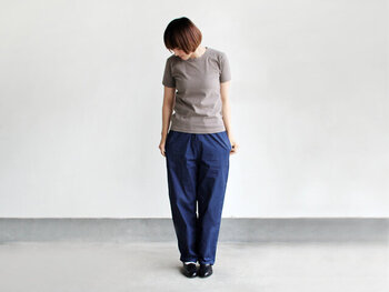 お出かけ着としてはもちろん、室内着などライフウェアとしてもおすすめのアイテム。Tシャツなどプレーンなアイテムと合わせてシンプルに着こなしたい。