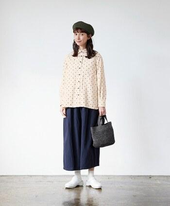 アイボリーのドットのシャツと合わせて。ゆったりワイドなシルエットなのでスカート感覚で着られますね。