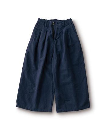 綿麻の生地を使い、春仕様ですっきりと仕上げたワイドなパンツ。丈短めなので着用するだけで抜け感が出ます。